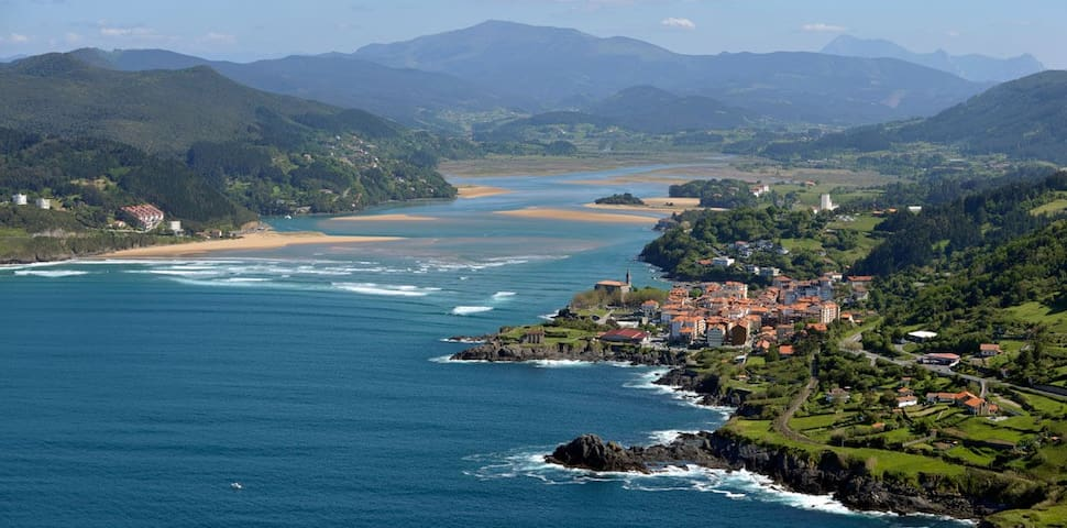 Cosy flat near the sea and the  surfer Mundaka