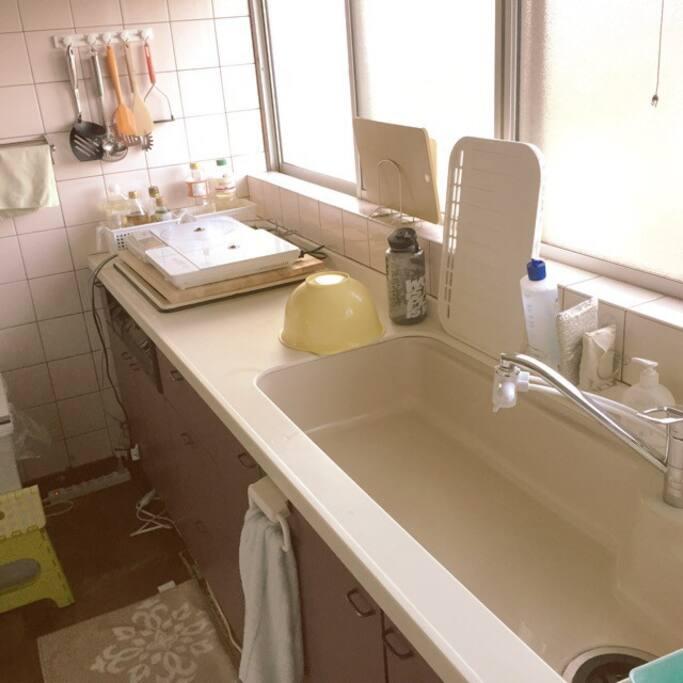 キッチン広々。調理や食事もOK。オーナーによる手作りの食事もご希望によりご用意できます。