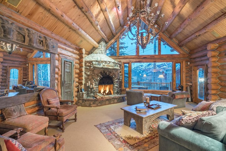 Luxurious 4 bedroom Ski-in Ski-out Log Cabin with Custom Wood-Burning Fireplace and Stacked with Amenities