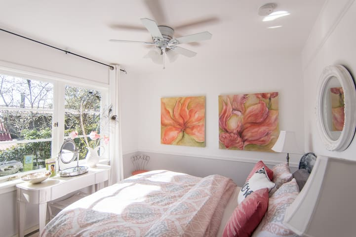 Apple Blossom Room, Bayview Cottage/Vesuvius Beach