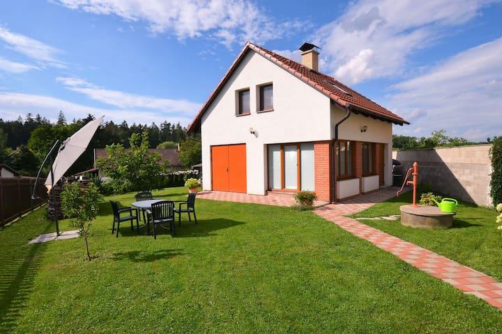 Tranquilla casa vacanze a Černíny con giardino privato