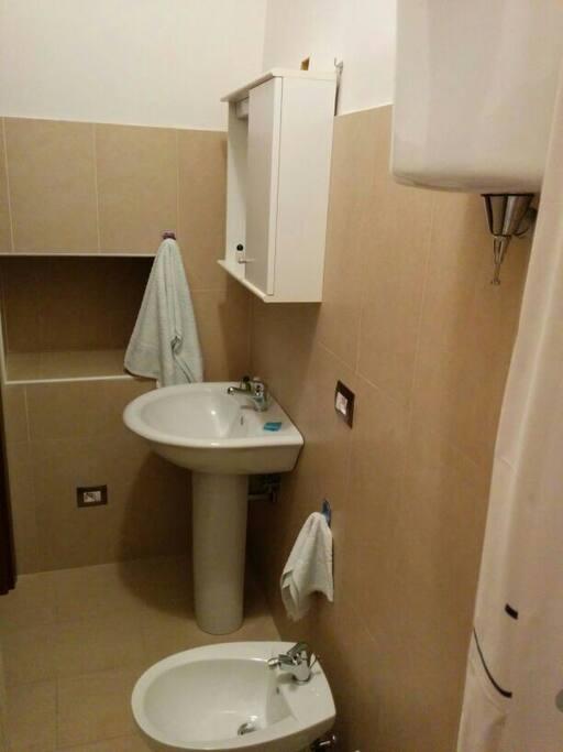 Bagno al piano inferiore con doccia.