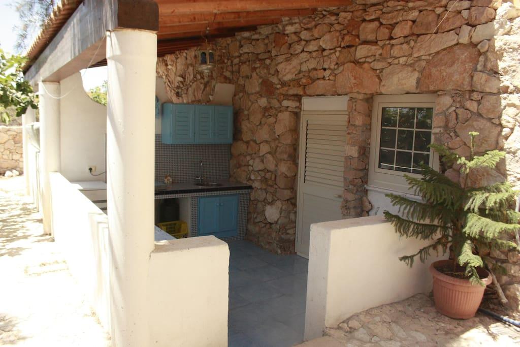 Veranda con  cucina e frigo