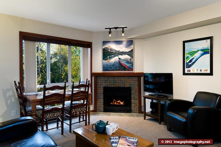 76 Glaciers Reach this 2br home has a hot tub & pool in Whistler Village