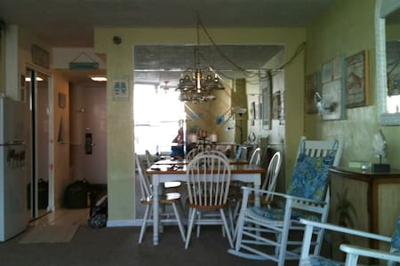 Oceanfront Condo with Balcony, convenient location - Daytona Beach - Appartement en résidence