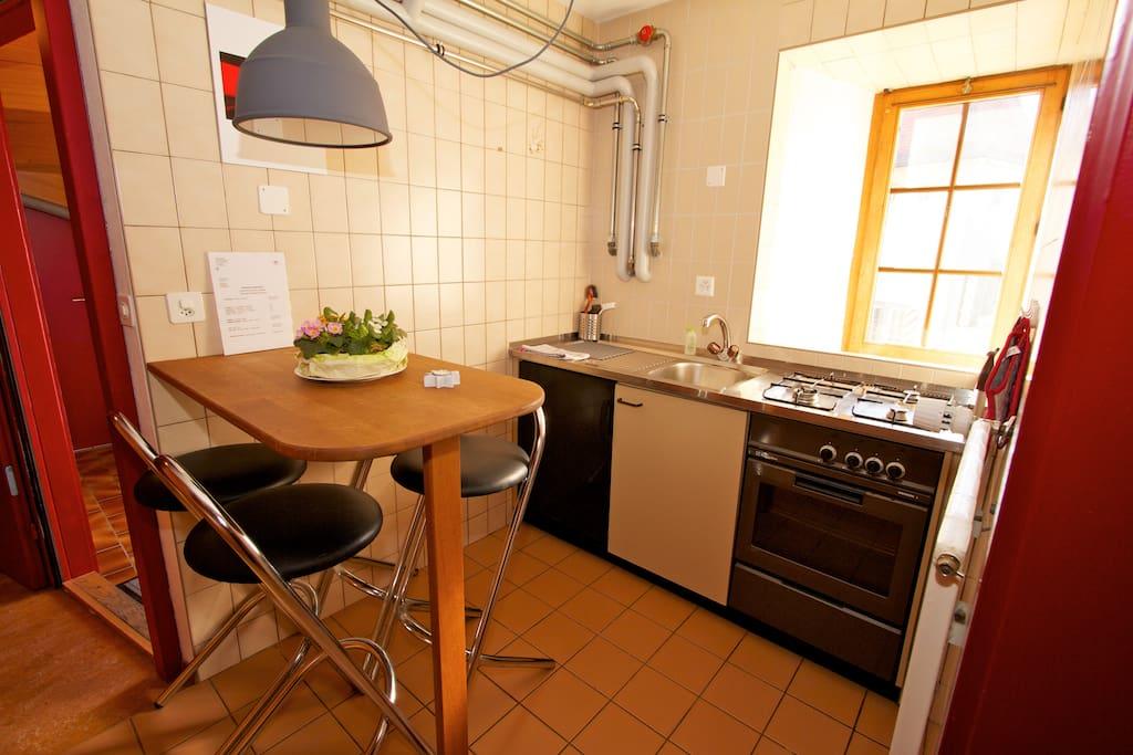 La kitchenette comprend cuisinière (gaz, 3 feux), four, évier, frigo et une table à manger.        Good news to all guests!20% OFF ENTIRE STAY IF YOU CONTACT ME PRIOR BOOKING!MYEMAIL:annehost@outlôók.çòm