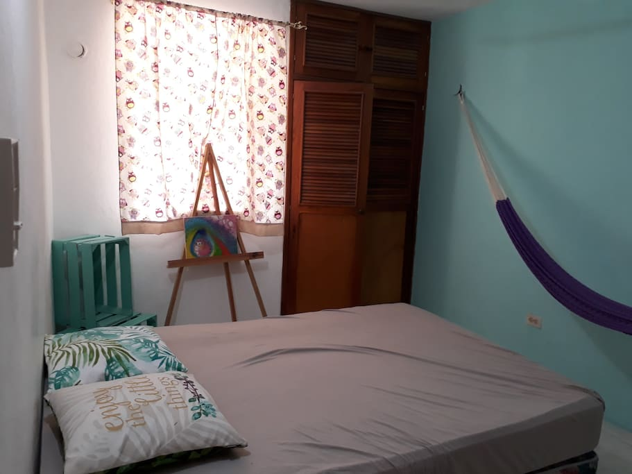 Habitación 1: ubicado en la planta baja, a un costado de la cocina, y cruzando el pasillo se encuentra el baño completo.