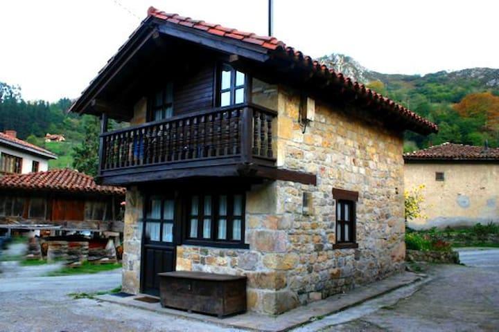 Casita asturiana de piedra y madera - La Villa - Dom