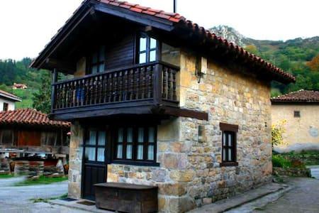 Casita asturiana de piedra y madera - La Villa