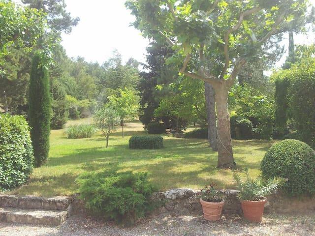 Ancien mas dans le parc du Luberon - La Bastide-des-Jourdans - บ้าน