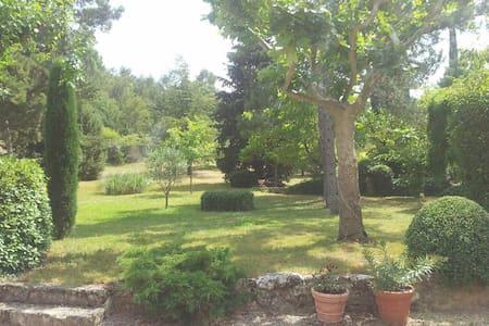 Ancien mas dans le parc du Luberon - La Bastide-des-Jourdans