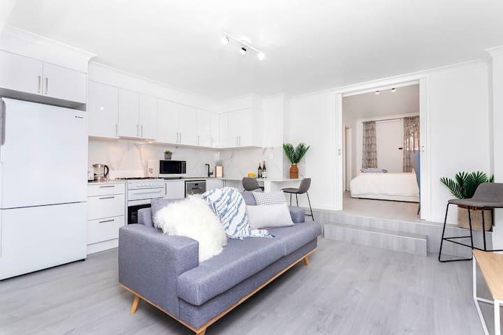 Clean & bright renovated 1bed apartment near beach