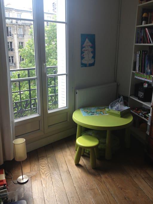 La chambre enfant - vue sur rue arborée
