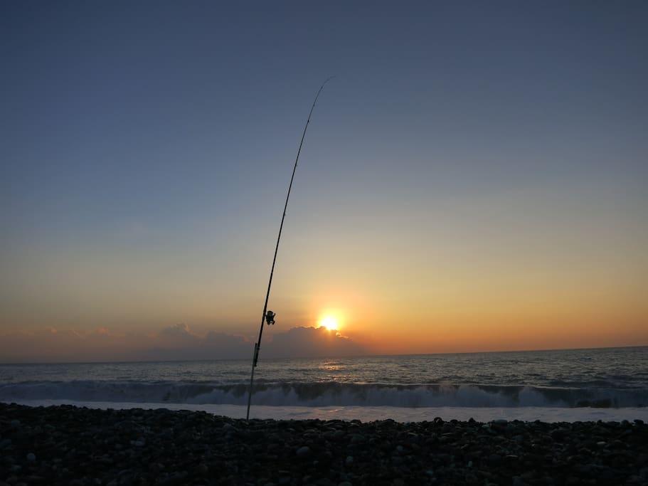 民宿後面美麗的海邊與日出