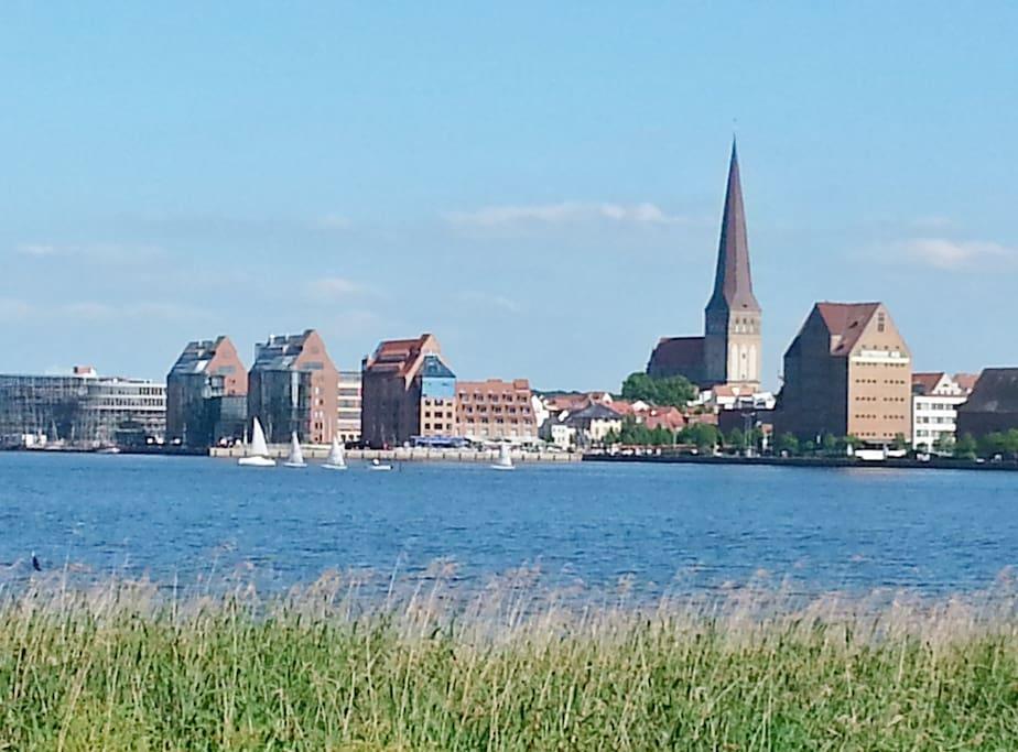 Blick von der Uferpromenade (300mentfernt)auf die Rostocker City