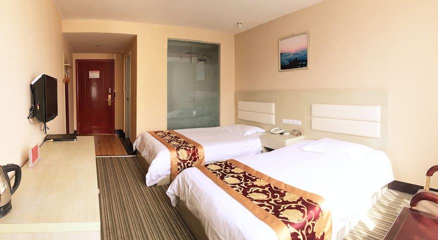 位于武当山镇交通十分便捷的酒店客房