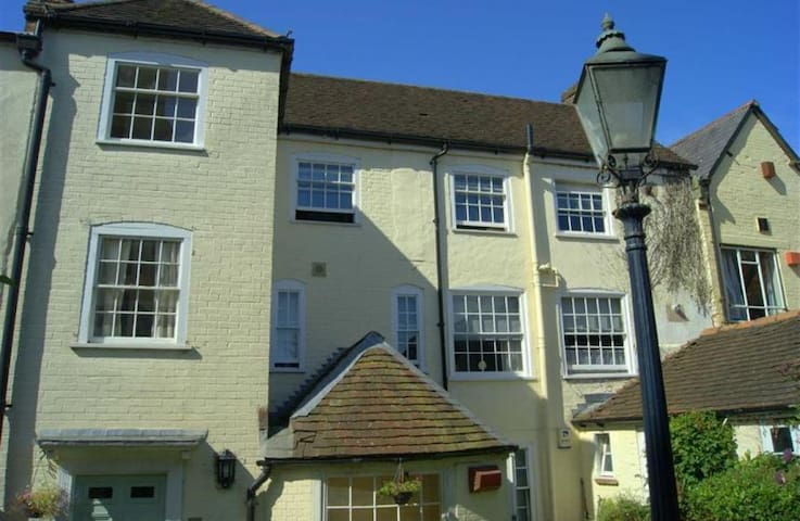 Large 2 bedroom flat in Marlborough