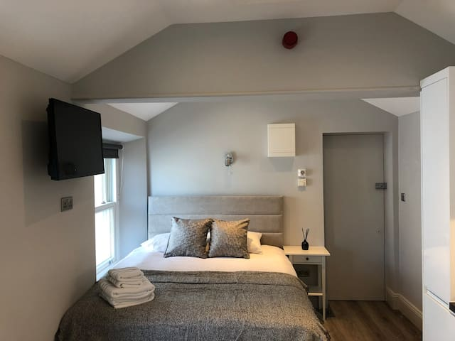 No 5:   Boutique 1 Bed 10 Mins to City Centre