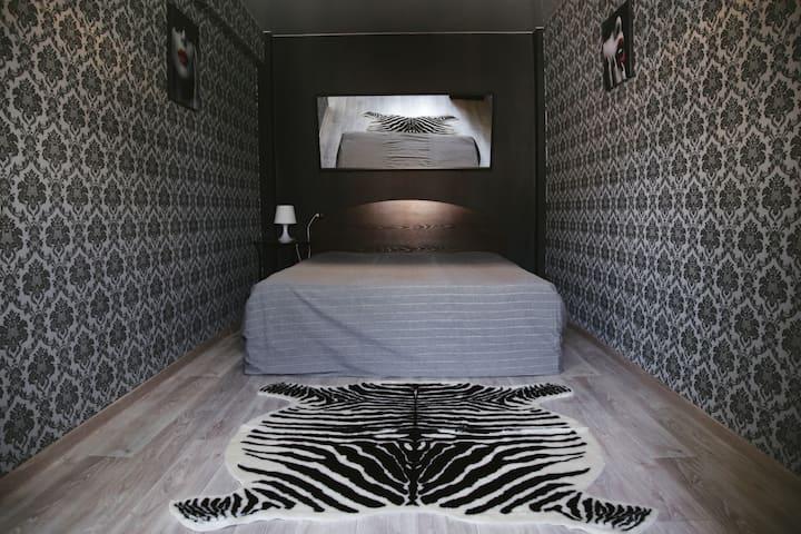 2-комнатная студия в черно-белых тонах.
