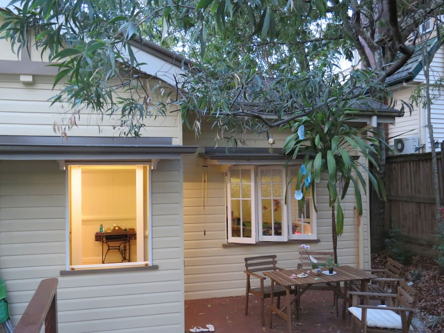 Stylish cosy Queenslander with lovely deck and small garden. Quiet and green side street with view of the mountains. Walk to university, excellent schools buses, cafe, gym, river and more