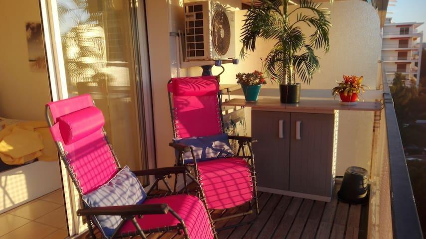 Les chaises longues sont à votre disposition, position assise ou semi-couchée.