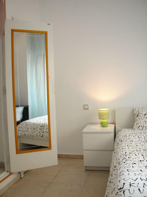 Habitaci n individual luminosa apartamentos en alquiler for Espejos aki