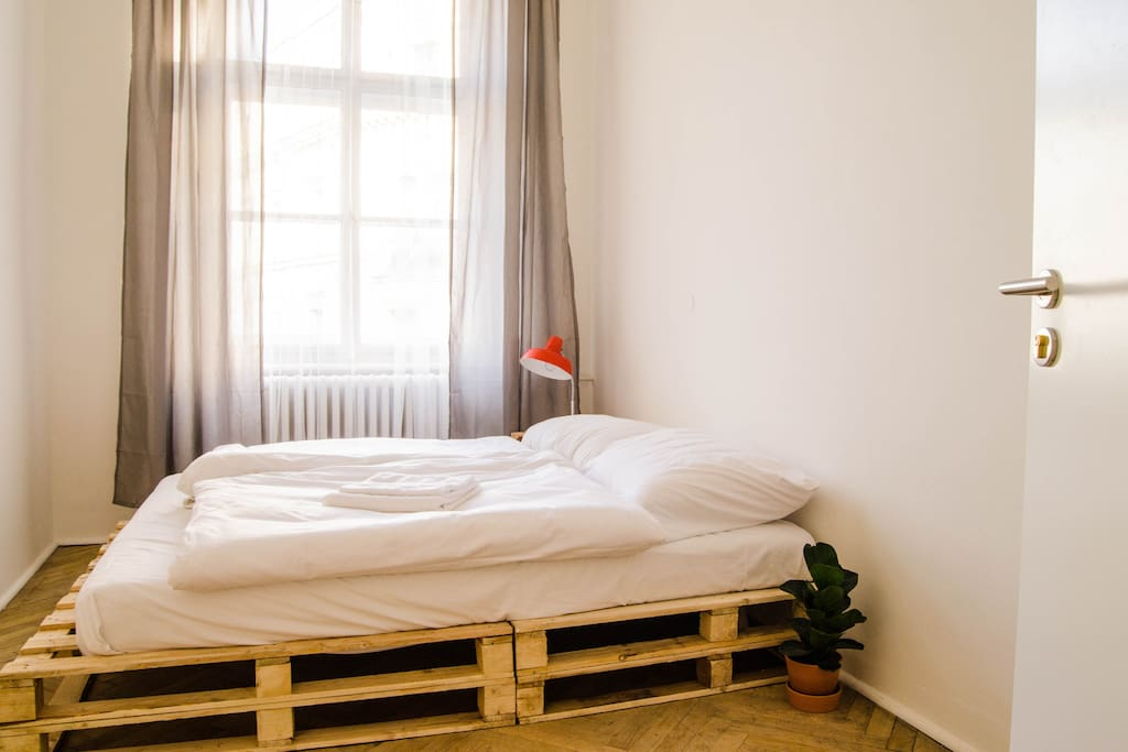 Queen-size pallet bed with super comfortable high-end mattress. Everything is minimal, with retro/vintage accents.