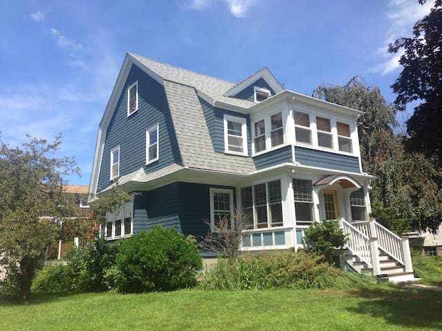 4 Bd Home, Easy access to Boston, Cambridge, etc. - Medford - House