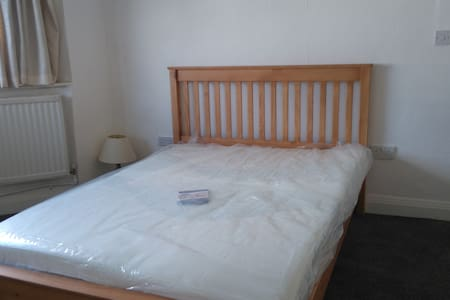 Spacious double  room with garden view - Twickenham