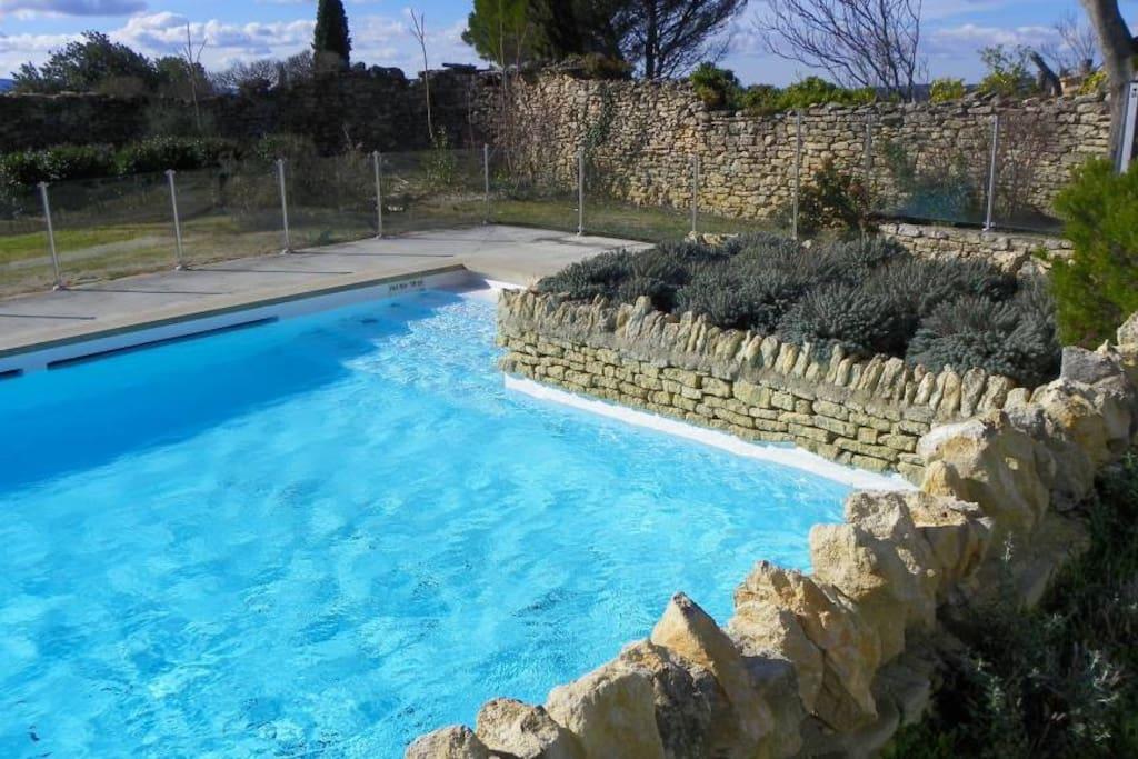 La piscine et son environnement de pierres sèches.
