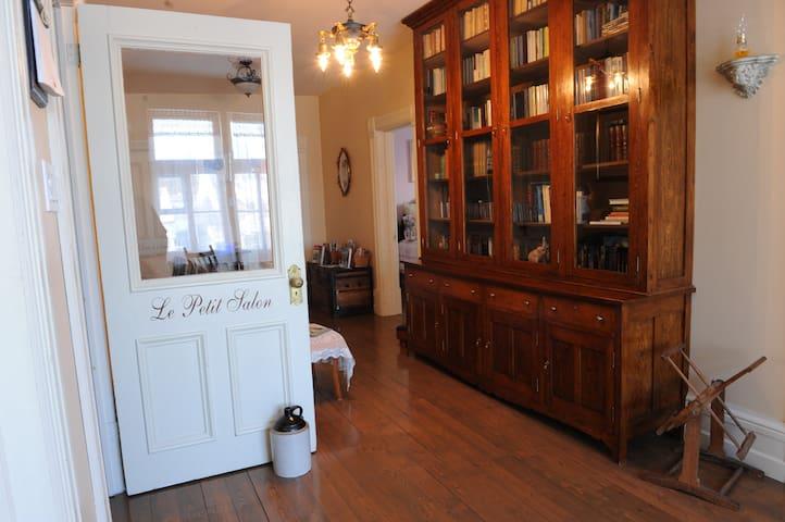 Le Petit Salon et la Grande Bibliothèque