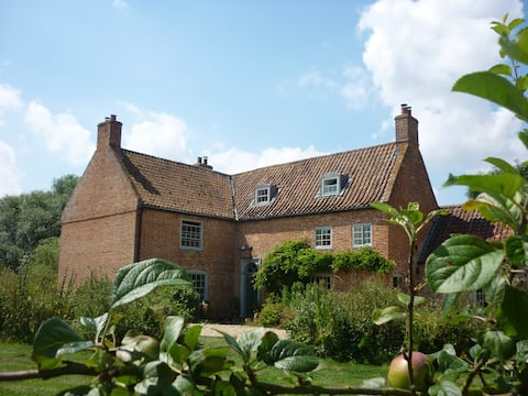 Come and stay at this beautiful listed property on the edge of the Lincolnshire Wolds.......