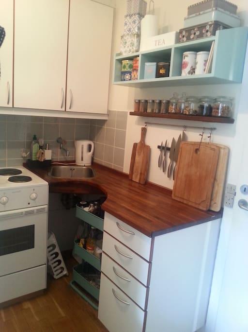 Køkken (kitchen)  Indeholder også køle-fryseskab (also contains a fridge/freezer)