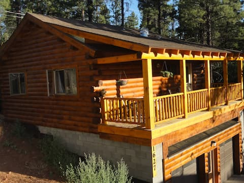 Log Cabin w/ Loft  2 miles from downtown