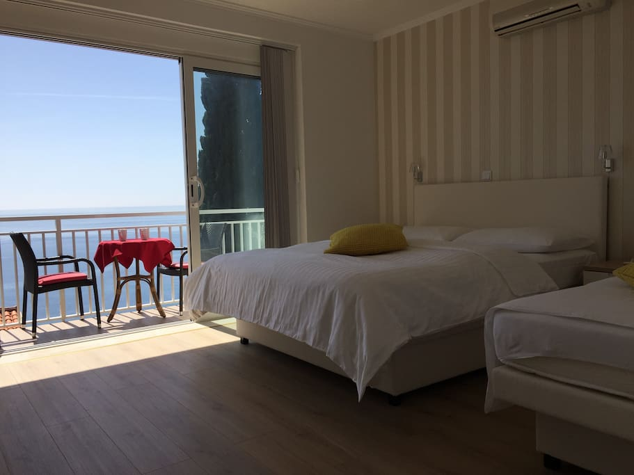 Bedroom 1, with balcony and view (Air-conditioning & Sat-Tv)