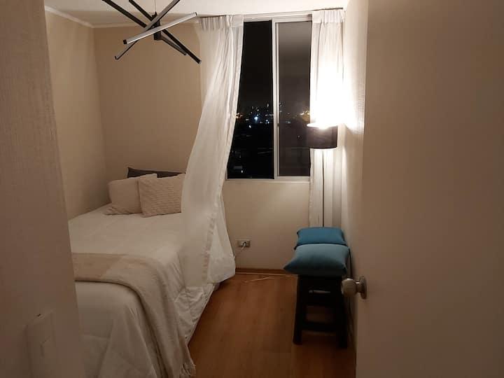 Habitación moderna y cómoda