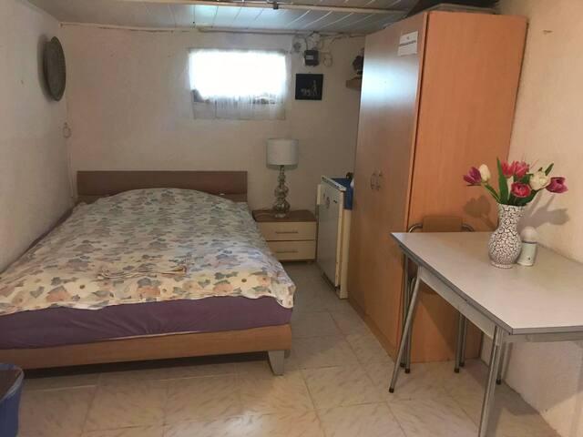 Einzimmerwohnung mit Dusche & WC im Untergeschoss