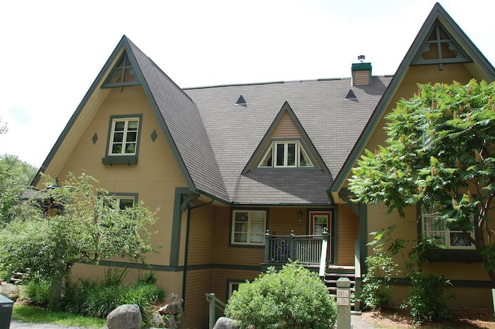Mont Tremblant  2bdr Condo - ski in/out, pool