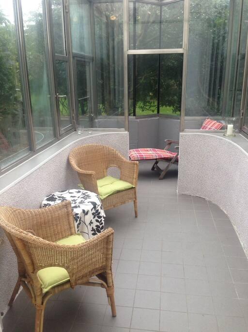 Der gemütliche Wintergarten. Gäste können auch den Gasgrill benutzen.