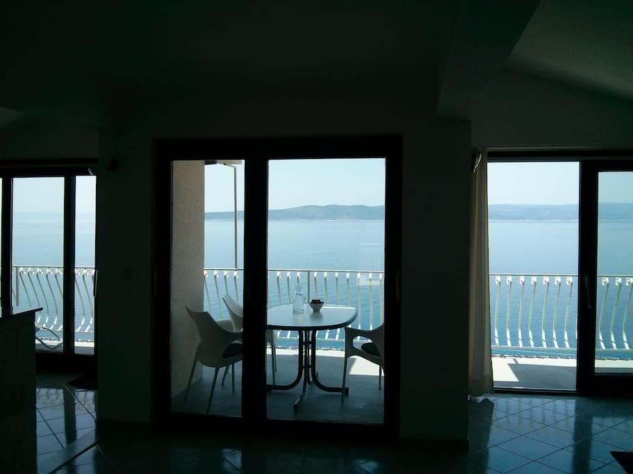 Window front living room/kitchen
