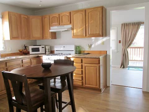 Entire House 2 Beds Great Location Bright & Clean!