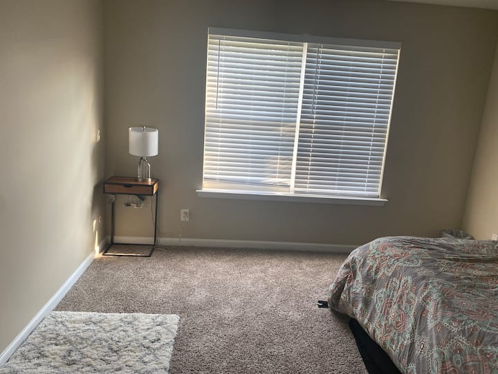 Nice room with queen bed by airport
