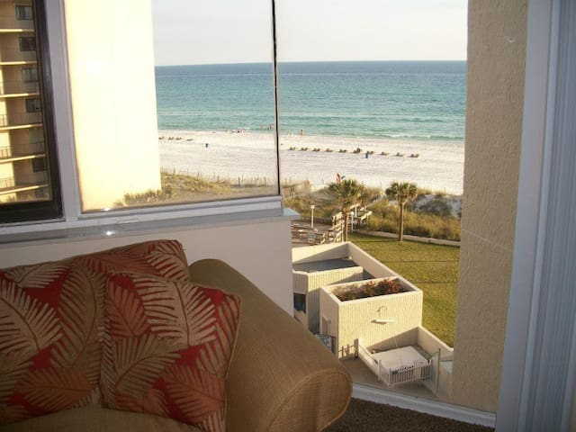 Unbeatable view of the sugar white sand beaches and Gulf of Mexico from this sixth floor condo.