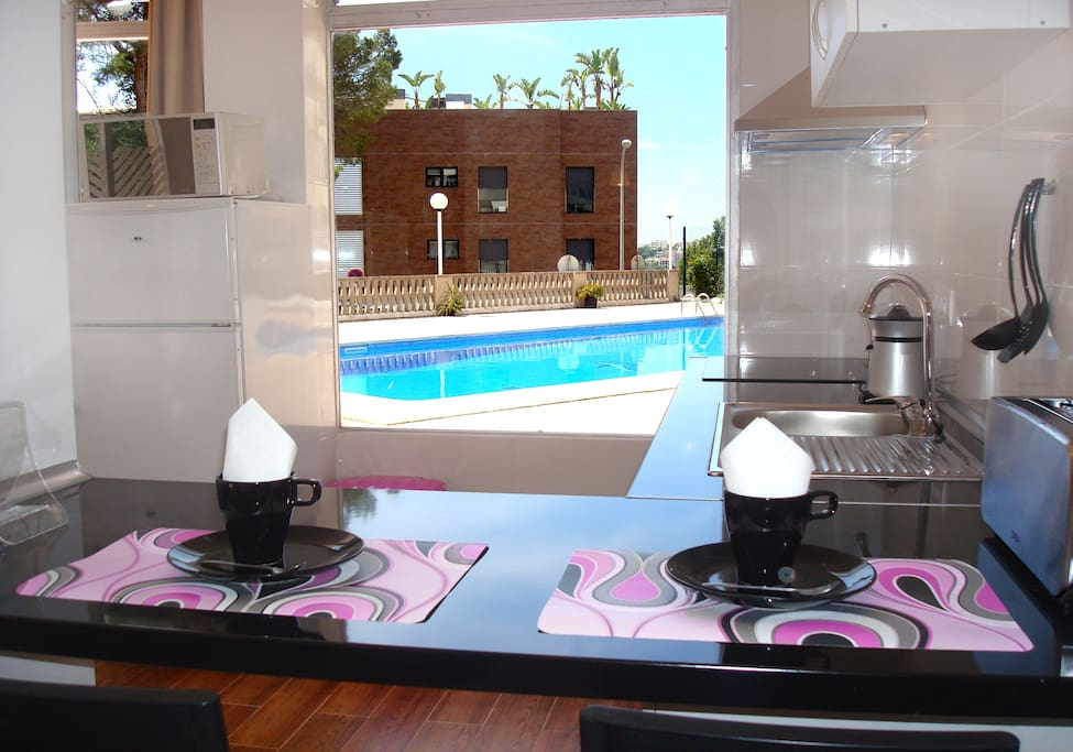 Cocina-office vistas a la piscina