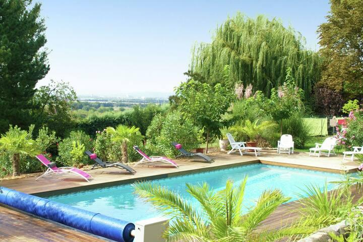 Nice apartment in a unique location near the village of La Garde-Adhémar (5 km)