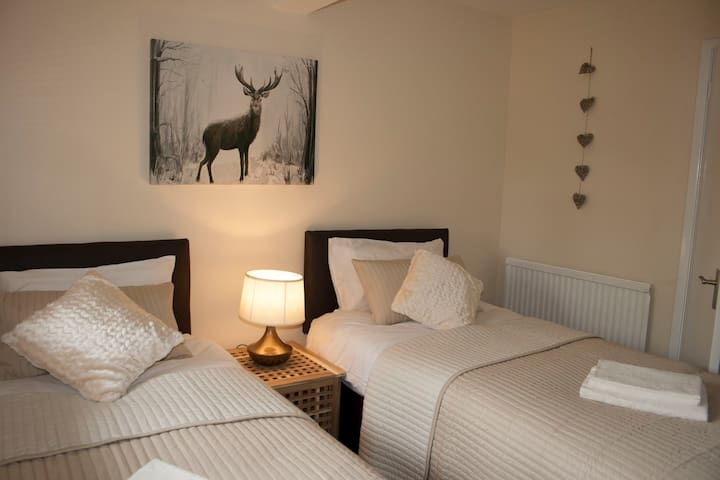 Station Lodge - Accessible & Cosy City Apartment