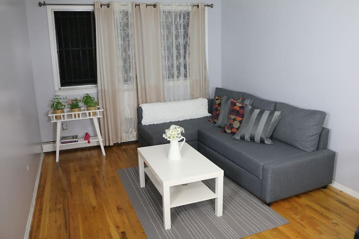 Cozy Room 4 stops from 5 avenue
