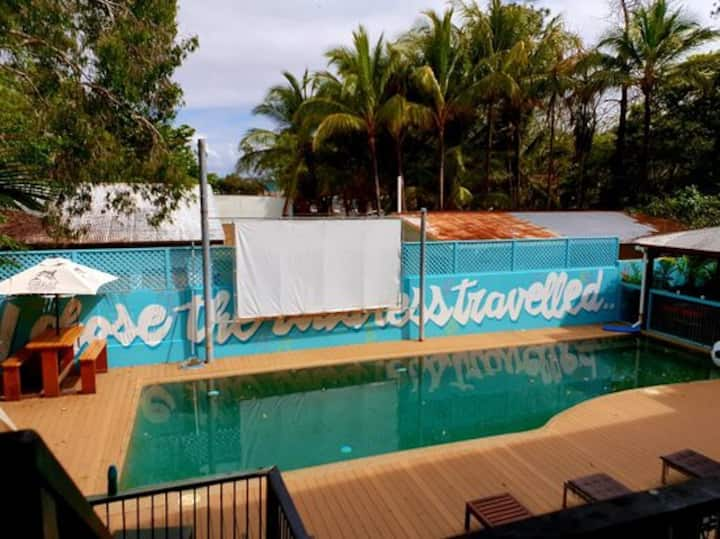 Queen Lounge Suite - Port Douglas Backpackers