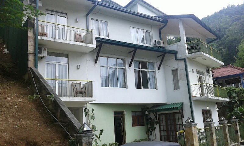 Mutton Button B&B Double AC Room with Valley Views - Kandy - Appartement