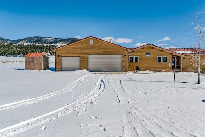 Beautiful Home with WiFi, Wood Stoves, Private Washer/Dryer, and Mountain Views!